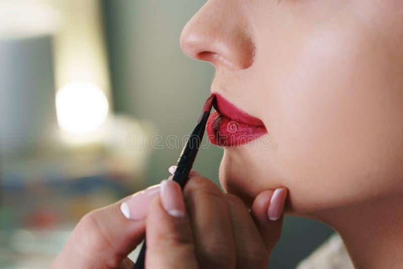 Художник макияжа работая в составляет студию стоковые фотографии rf
