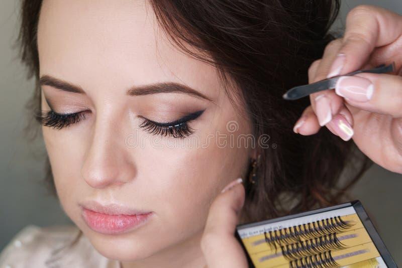 Художник макияжа работая в составляет студию стоковое изображение rf