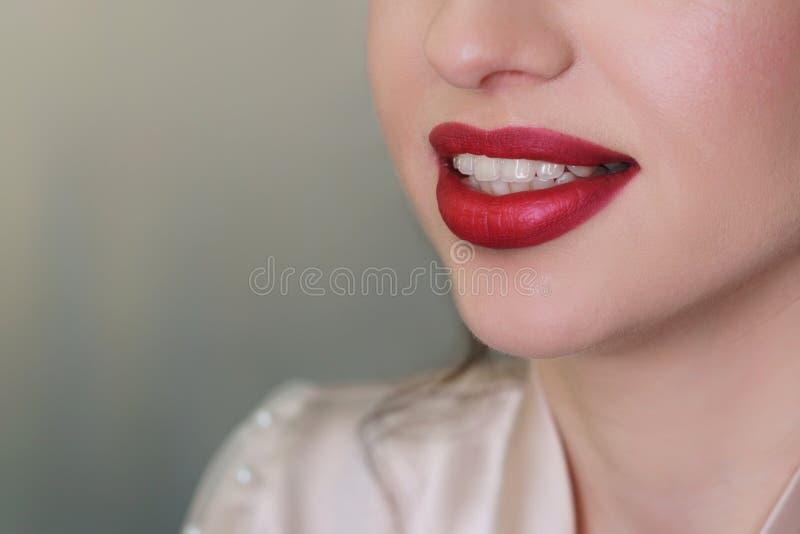 Художник макияжа работая в составляет студию стоковые фото