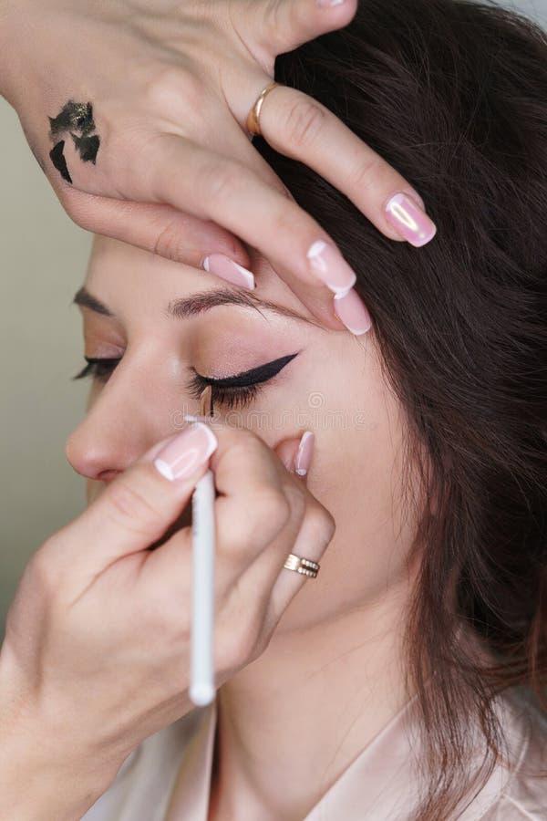 Художник макияжа работая в составляет студию стоковые изображения