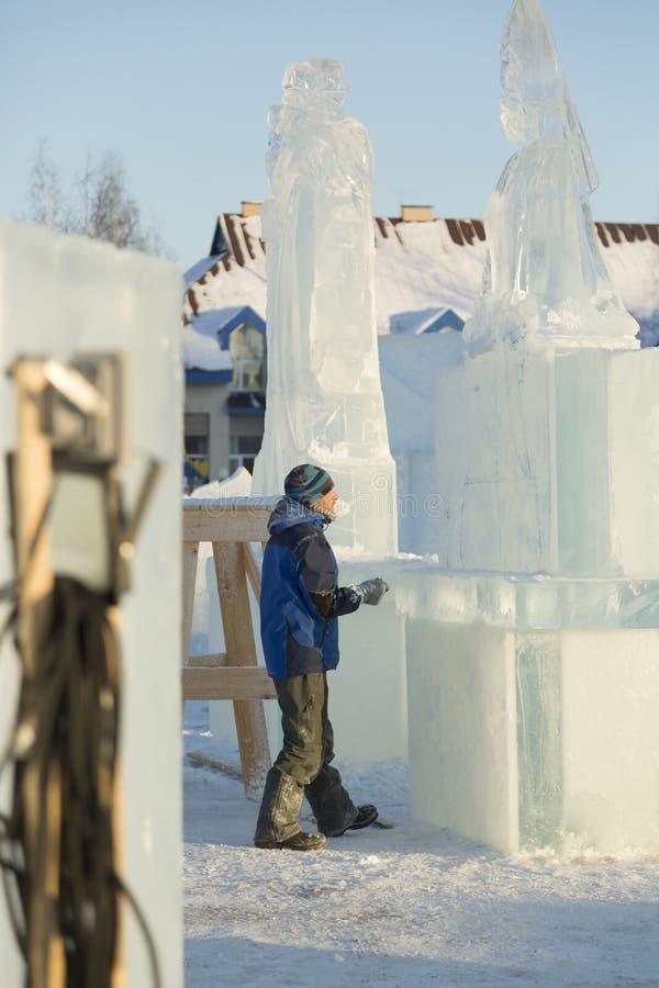 Художник рисует на блоке льда стоковые изображения rf