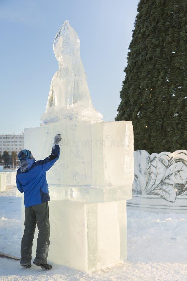 Художник рисует на блоке льда стоковое изображение