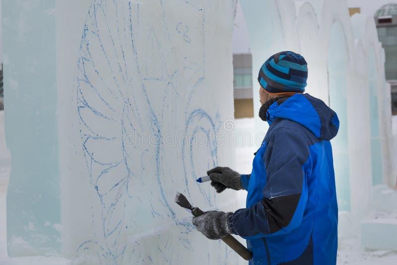 Художник рисует на блоке льда стоковая фотография