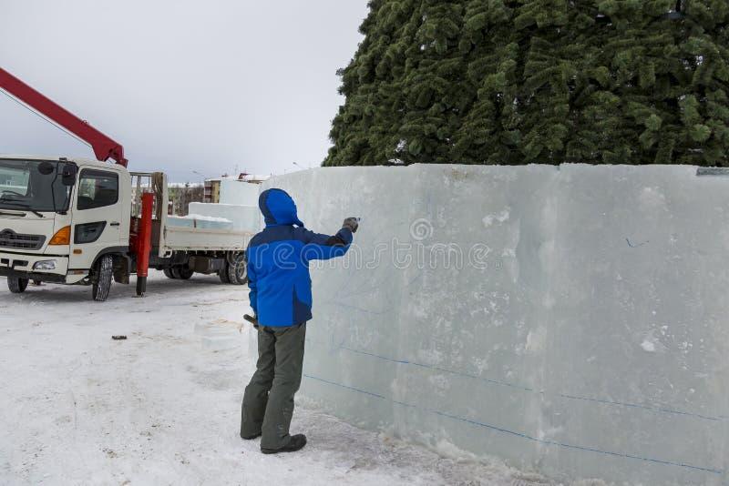 Художник рисует на блоке льда стоковое фото rf