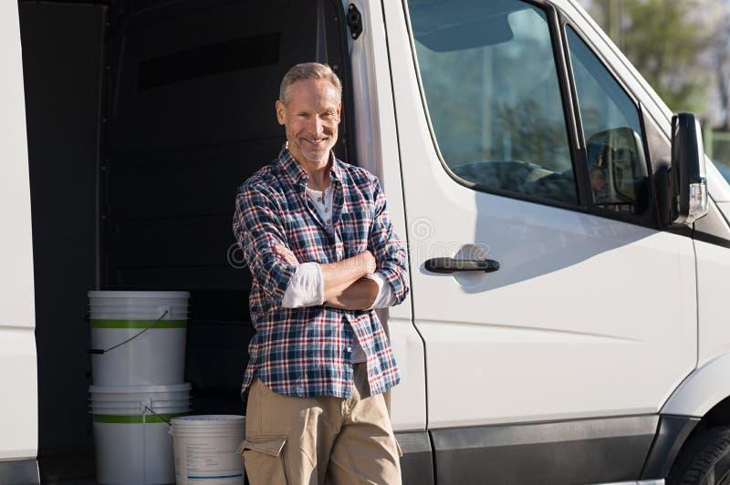 Художник стоя против фургона стоковая фотография