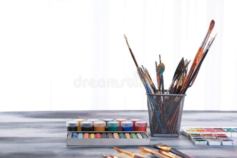"""Художник \ """"инструменты s с красками на таблице стоковая фотография rf"""