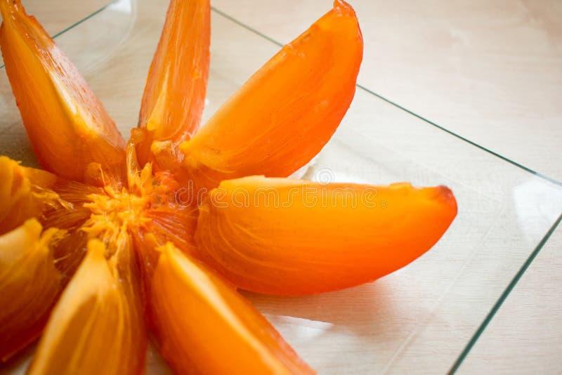 Хурма Тhe отрезана в куски на плите, плоде, здоровой еде, витаминах стоковые фотографии rf