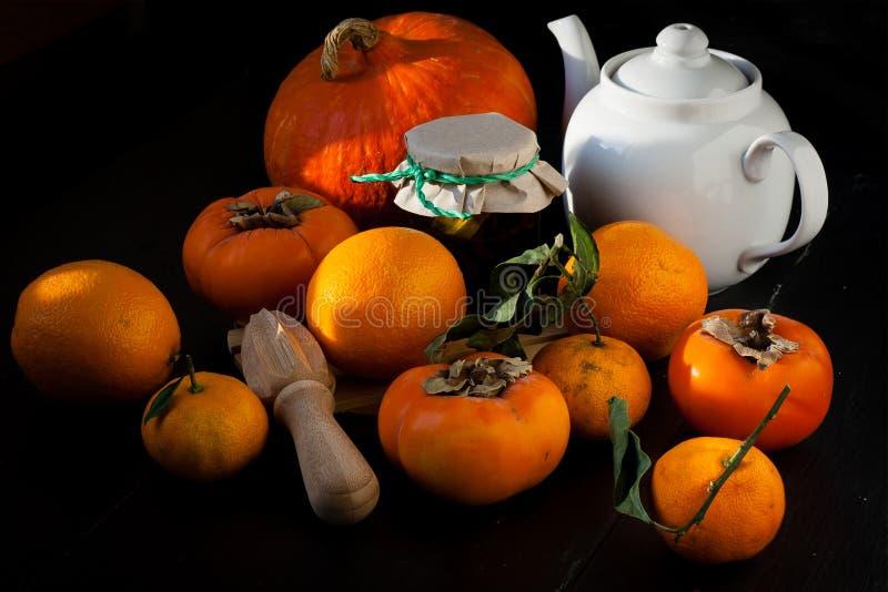 Хурмы, tangerines, апельсины и тыква стоковое фото