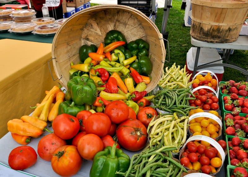 хуторянин выходят органическую продукцию вышед на рынок на рынок стоковое фото