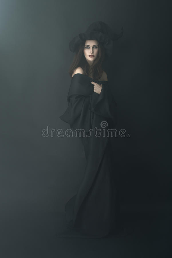 Худенькая ведьма в темном тумане стоковые изображения