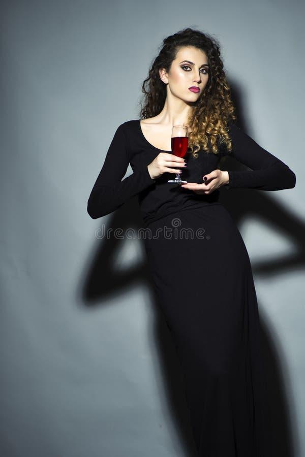 Худенькая милая девушка с стеклом красного вина стоковые фото
