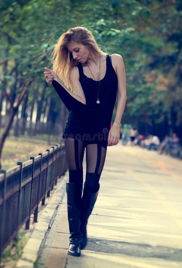 Худенькая модная женщина гуляя outdoors стоковое фото rf
