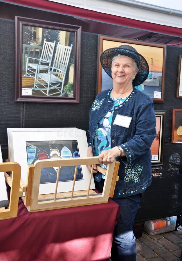 Художник гордо показывая ее работу стоковое изображение