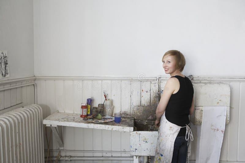 Художник готовя пакостную раковину в студии стоковая фотография rf