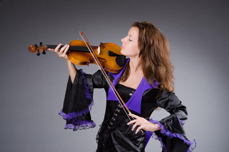 Художник женщины с скрипкой стоковые изображения