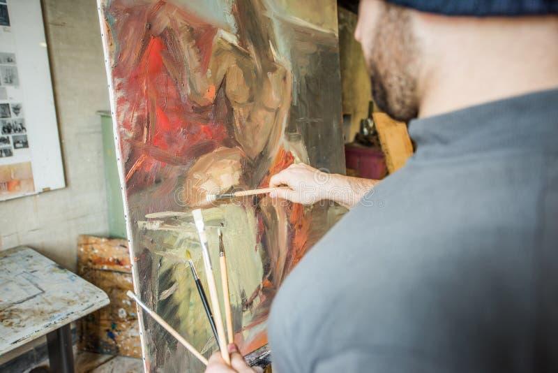 Художник/учитель демонстрируя метод на холсте - близком поднимающем вверх взгляде стоковые фотографии rf