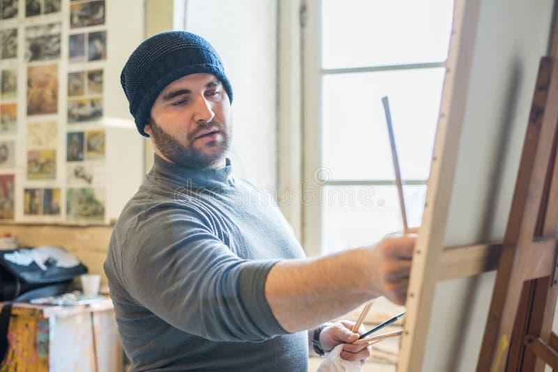 Художник/учитель крася художественное произведение - близкий поднимающий вверх взгляд стоковые фотографии rf