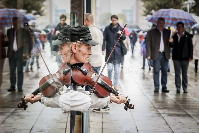 Художник улицы играя скрипку стоковая фотография rf