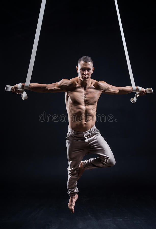 Художник цирка на воздушном человеке ремней стоковые фото