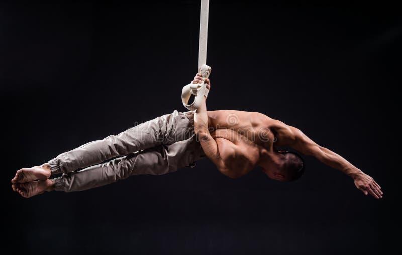 Художник цирка на воздушном человеке ремней стоковое изображение rf