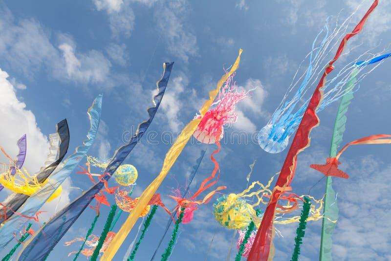 Художнические змеи, флаги, обнажают порхать в небе стоковое изображение