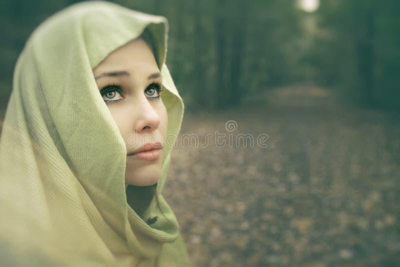 Художнический портрет красивой чувственной женщины стоковые фото