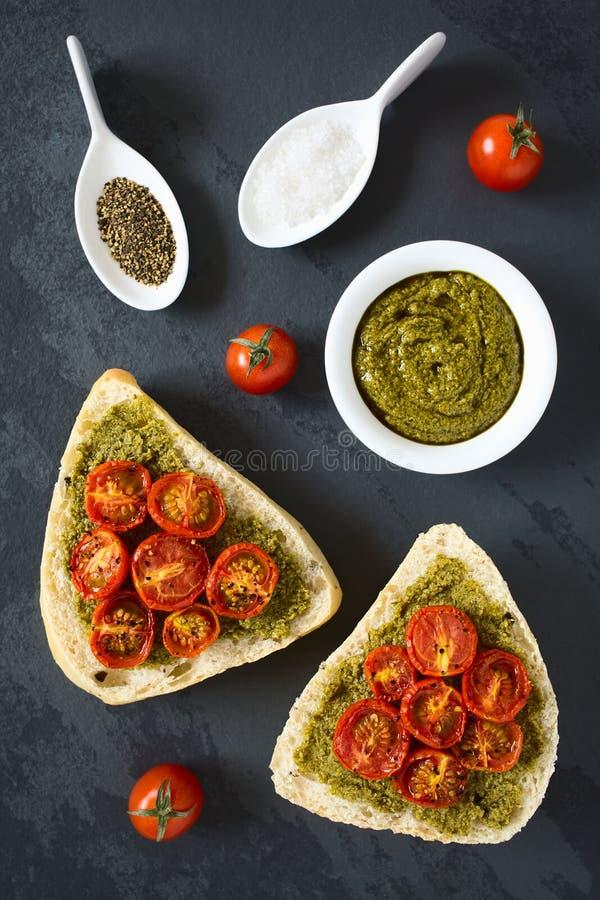 Хлебец с Pesto и зажаренным в духовке томатом стоковое фото rf