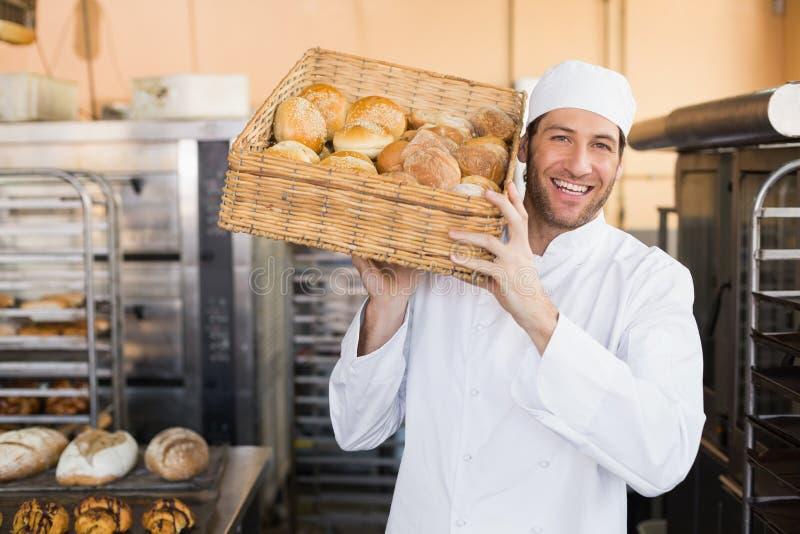 Хлебопек держа корзину хлеба стоковое изображение rf