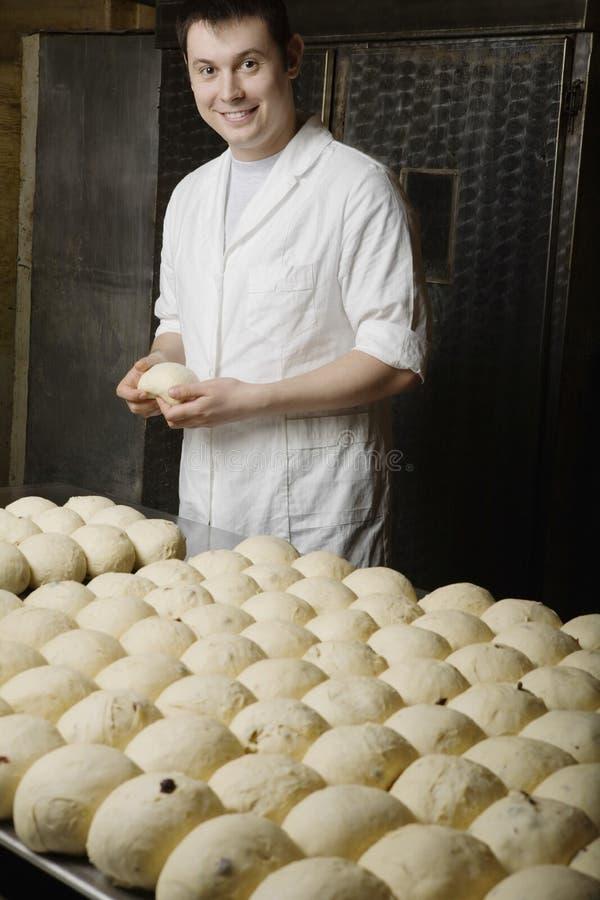 Хлебопек с шариками теста хлеба готовыми для того чтобы испечь стоковое изображение rf