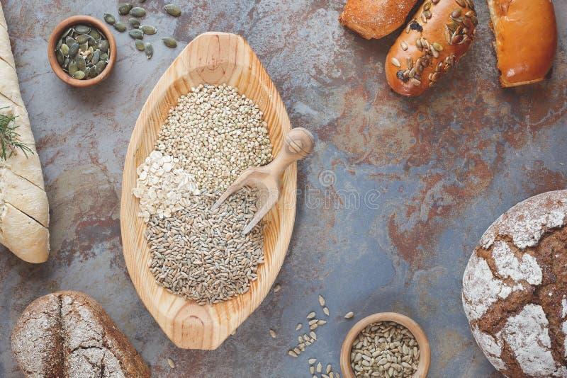 Хлебы и хлопья зерна стоковые фотографии rf