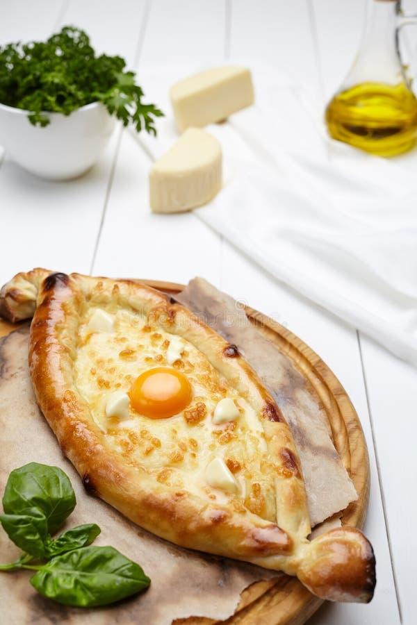 Хлеб кухни Khachapuri традиционный грузинский этнический с сыром и желтком стоковая фотография