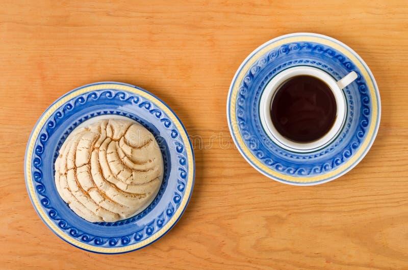 Хлеб мексиканского Concha сладостный с кофейной чашкой стоковая фотография