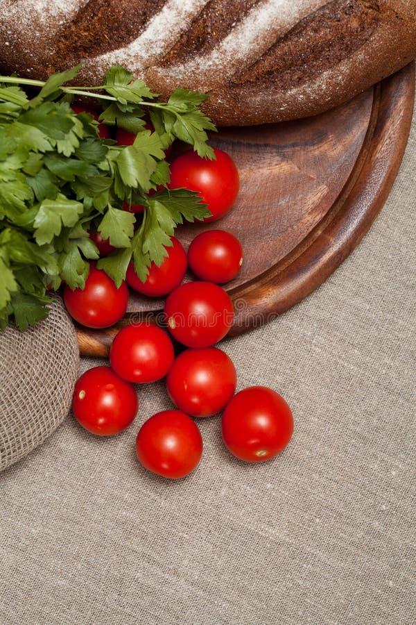 Download Хлеб на деревянной доске с томатами Стоковое Фото - изображение насчитывающей еда, скатерть: 40582496