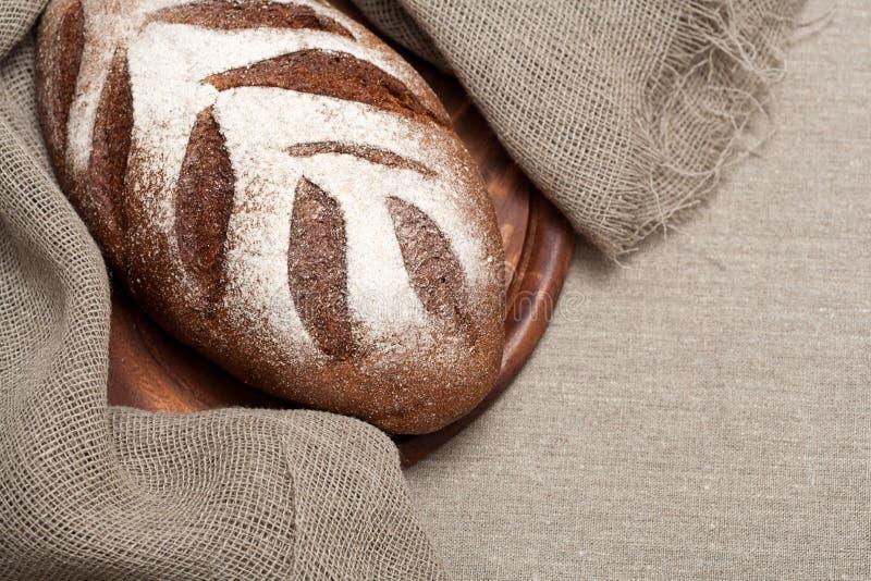 Download Хлеб на деревянной доске стоковое фото. изображение насчитывающей aiders - 40582228