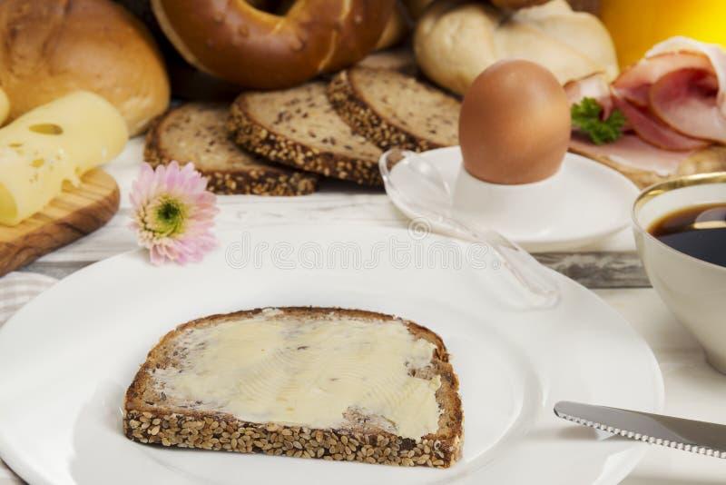Хлеб с маслом, яичко, кофе, сыр, ветчина для завтрака стоковые фотографии rf