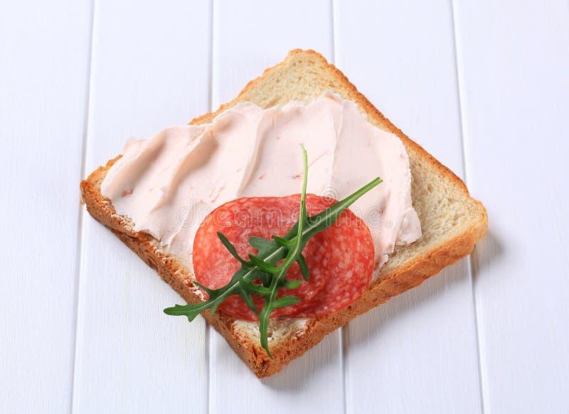 Хлеб с распространением и салями ветчины стоковая фотография