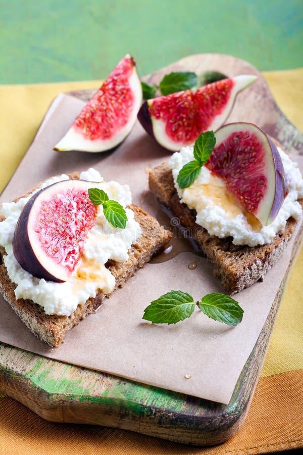 Хлеб с сыром и свежими смоквами стоковое изображение