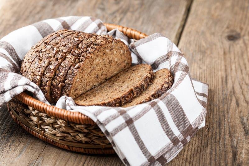 Хлеб Rye с семенами в корзине на деревянном столе стоковые фотографии rf