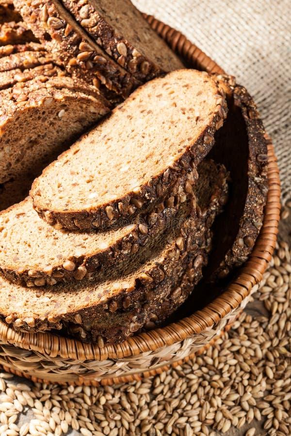 Хлеб Rye с семенами в корзине на деревянном столе стоковые фото