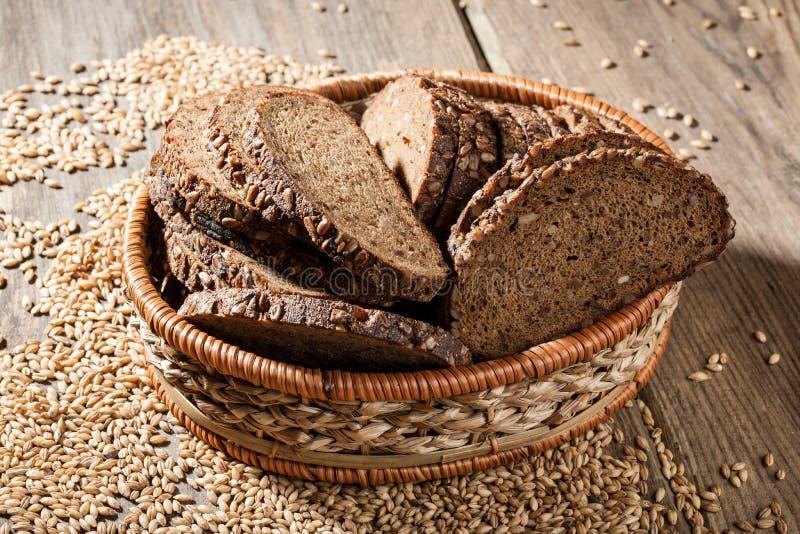 Хлеб Rye с семенами в корзине на деревянном столе стоковое изображение