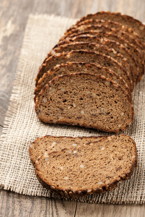 Хлеб Rye с семенами на деревянном столе стоковое фото rf