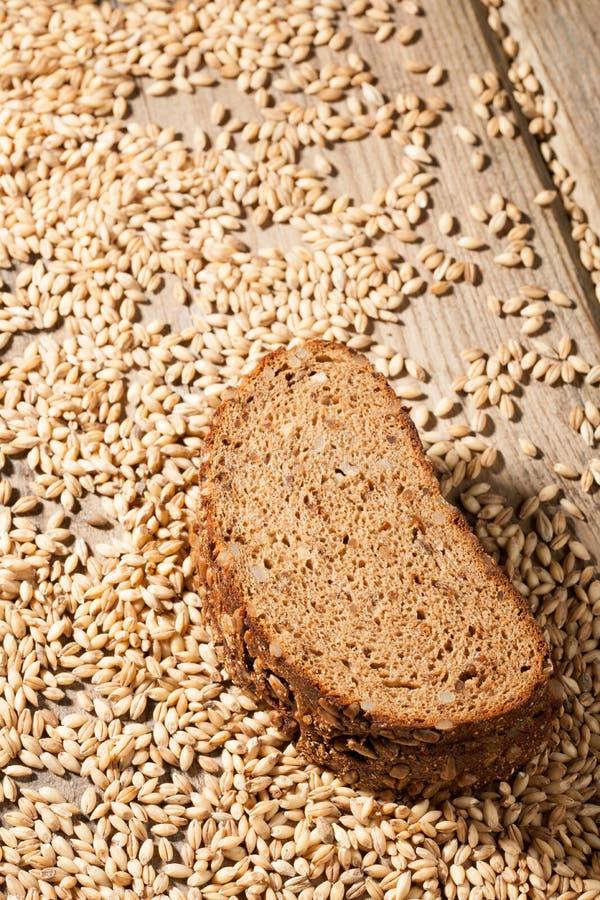 Хлеб Rye с семенами на деревянном столе стоковая фотография