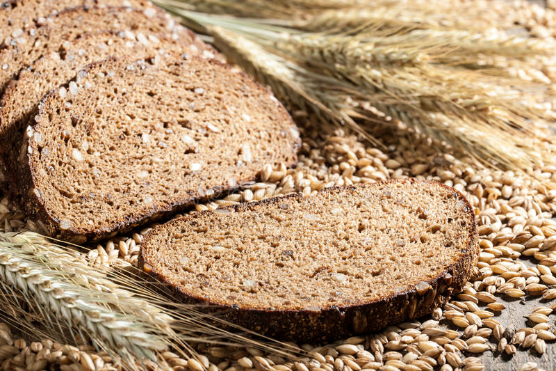 Хлеб Rye с семенами на деревянном столе стоковое фото