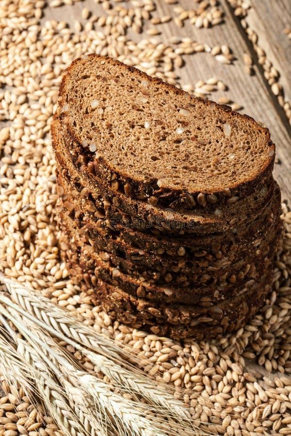 Хлеб Rye с семенами на деревянном столе стоковые изображения rf