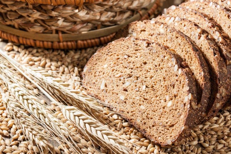 Хлеб Rye с семенами на деревянном столе стоковые изображения