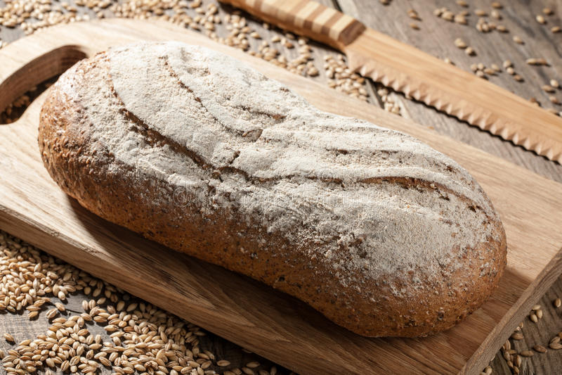 Хлеб Rye с семенами на разделочной доске стоковое фото rf