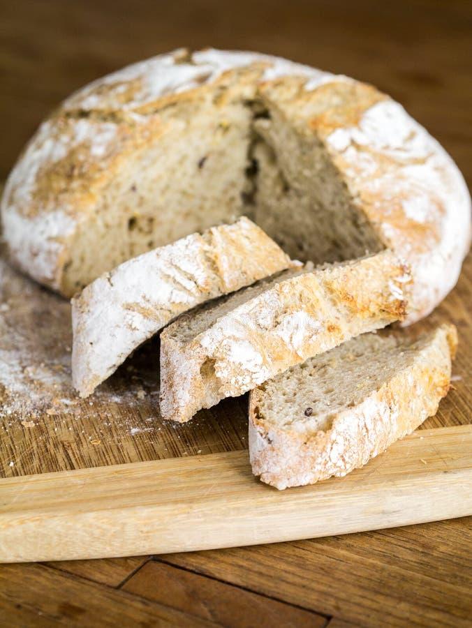 Хлеец свежего испеченного хлеба стоковая фотография