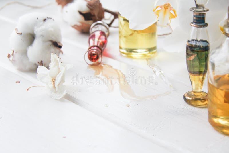 Хлопок дух и цветков и белая орхидея на белом деревянном столе стоковые изображения
