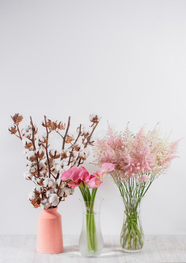 Хлопок цветет в вазе на деревянной предпосылке стоковое фото rf