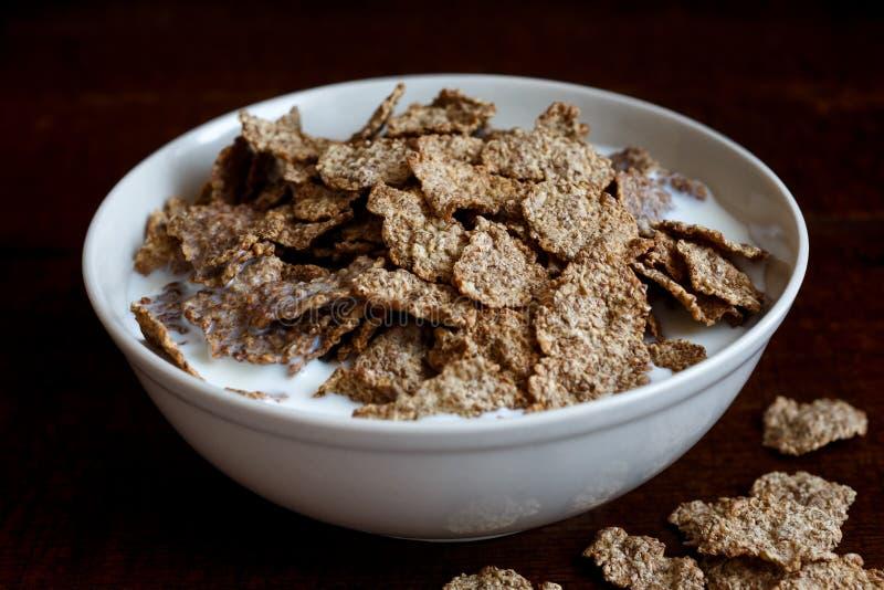 Хлопья для завтрака отрубей пшеницы в шаре стоковая фотография rf